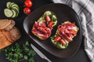 Tosta de aguacate, jamón y tomate