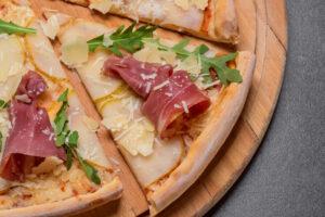 Pizzeta de pera, queso, rúcula y paleta ibérica