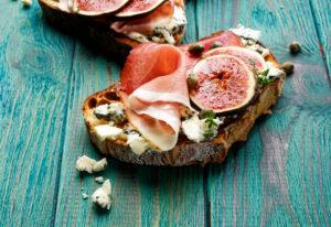 Tosta de paleta ibérica, higos y queso azul